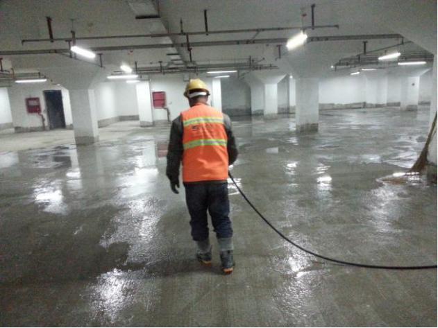 金刚砂固化地坪施工—地面冲洗